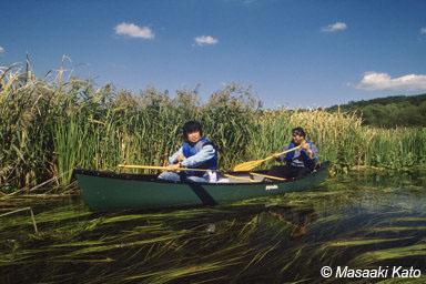 北海道苫小牧市の美々川をカヌー下りをする立松氏(左) 右は川漁師の荒木義信氏 撮影:1995年9月20日