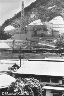 民家の至近距離に建設された高速増殖炉「もんじゅ」 福井県敦賀市 1995年1月30日撮影