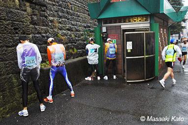 東京マラソン2007年で軽犯罪を犯すランナーたち 富久町公衆トイレ 撮影:2007年2月18日