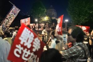 国会議事堂西門付近を通過するデモ隊 2015年7月14日20時18分頃