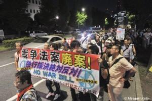 首相官邸前から延々と連なるデモ隊 2015年7月14日20時18分頃