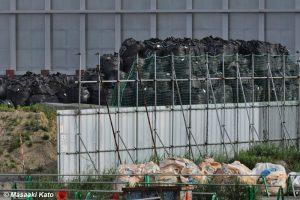 東尾久浄化センター内に積まれた怪しげな黒い袋