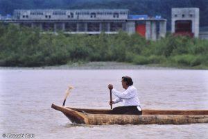 二風谷ダムに抗議するかのように丸木舟を操る萱野茂氏 1994年8月20日チプサンケで撮影