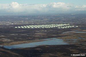 活断層は石油備蓄タンクの手前側を横切っていると思われる。タンクの左奥が安平町方面、奥が厚真町方面 2002年1月25日撮影