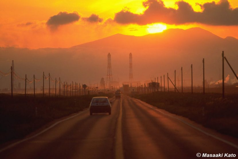 撮影:1989年8月25日 旧国道235号線 後方の山は活火山・樽前山