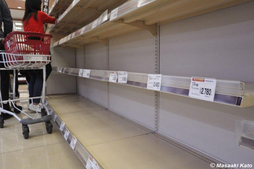 米が売り切れ状態の商品棚 撮影:2022年3月26日 ライフ 江北駅前店