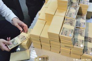 撮影:2014年6月18日 京橋で撮影、6億円のイメージ写真(ダミー紙幣に本物の1万円札を乗せる偽装中)