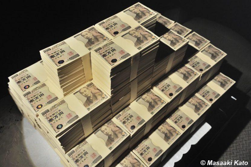 撮影:2014年6月18日 京橋で撮影、6億円のイメージ写真(本物の1万円札は最上部のみ)