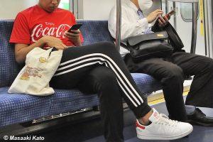 撮影:2021年5月9日 ノーマスクで地下鉄に乗車する若者 地下鉄千代田線内