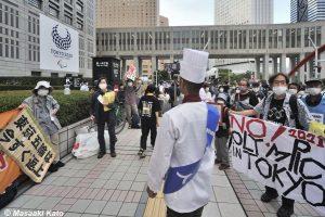 2021年6月23日 東京都庁前で開催された 東京五輪反対 #NOlympicDay 集会にマスクなしで乱入した国民民主党党員、撮影:加藤雅昭