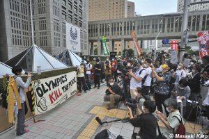 2021年6月23日 東京都庁前で開催された 東京五輪反対 #NOlympicDay に集まった人々を密の状態で取材する報道陣、撮影:加藤雅昭