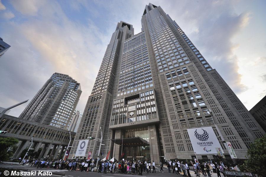 2021年6月23日 東京都庁前で開催された 東京五輪反対 #NOlympicDay 集会に集まった人々と取材陣、撮影:加藤雅昭